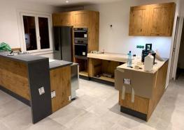 Création d'une cuisine avec bar et frigo américain encastré